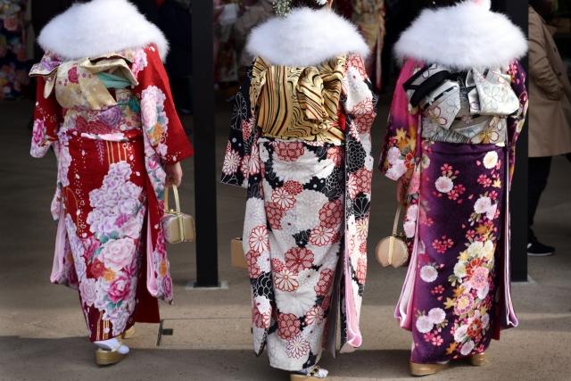 振袖を着て成人式に参加する女性3人の後ろ姿